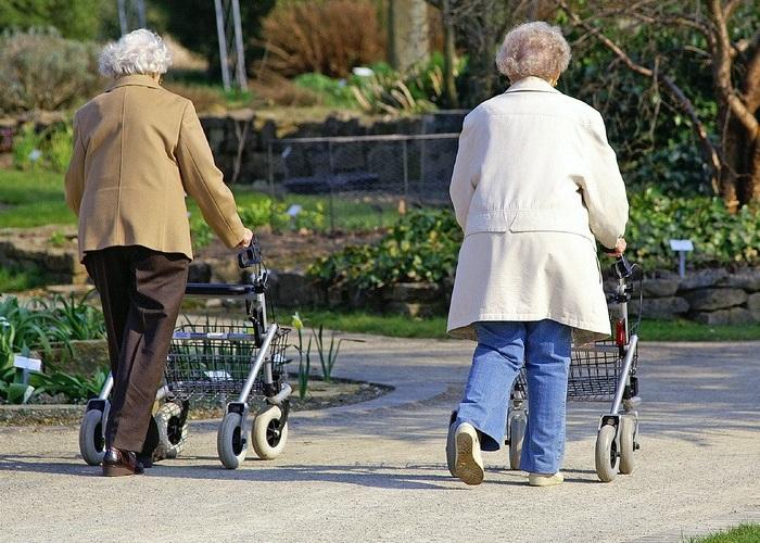 Rulaator toetab kõndimisel ja aitab ette võtta pikemaid käike